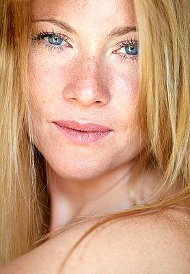 Portrait of a beautiful, blond woman - p300m2043017 von Philipp Nemenz