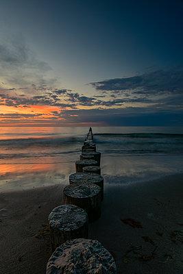 Germany, Mecklenburg-Western Pomerania, Zingst, beach in the evening, breakwater - p300m2058751 von Kontrastlicht