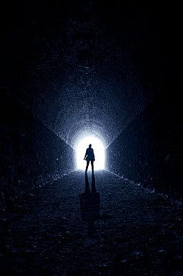 Frau im Tunnel - p470m1539059 von Ingrid Michel