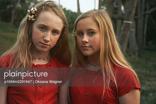 Sisters in red - p1694m2291647 by Oksana Wagner