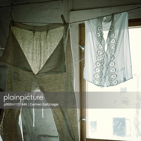 Wäsche trocknen - p992m1137446 von Carmen Spitznagel
