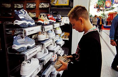 Shopping im Einkaufszentrum - p0170067 von Kathrin Stange
