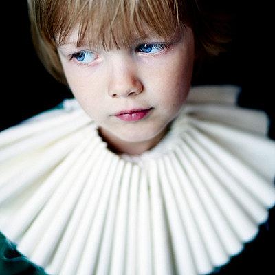 Kind mit Papierkragen - p567m1530080 von Maria Stijger