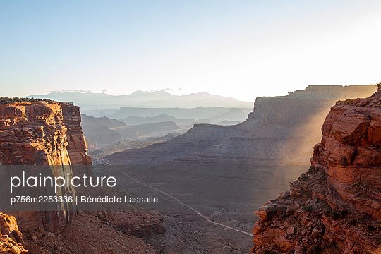 Blick über ein Tal auf eine Bergkette, Utah - p756m2253336 von Bénédicte Lassalle