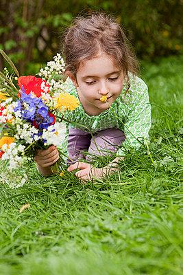 An einer Blume schnuppern - p4350111 von Stefanie Grewel