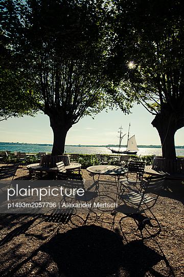 Segelschiff in der Kieler Förde an einem Sommermorgen - p1493m2057796 von Alexander Mertsch