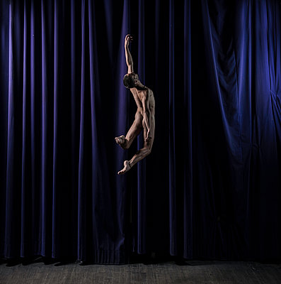 Naked male dancer cutting a caper - p1139m1503063 by Julien Benhamou