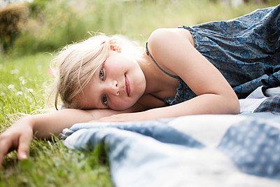 Mädchen liegt auf Sommerwiese - p1348m1496932 von HANDKE + NEU