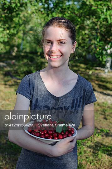 Teenager mit einem Teller süßer Kischen - p1412m1584259 von Svetlana Shemeleva