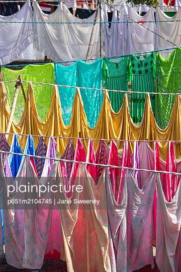 India, Uttar Pradesh, Lucknow, India, Uttar Pradesh, Lucknow, Washing drying at Kuria Ghat - p651m2104745 by Jane Sweeney
