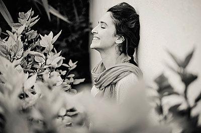 Porträt einer algerischen Frau - p1150m2053499 von Elise Ortiou Campion
