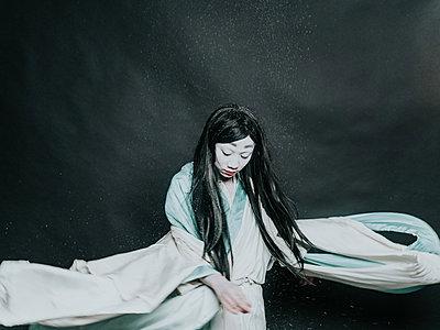Young woman wearing kimono - p1184m1441222 by brabanski