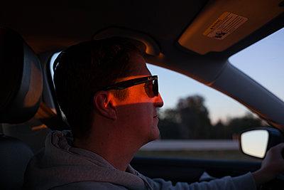 Mann beim Auto fahren - p1308m2065295 von felice douglas