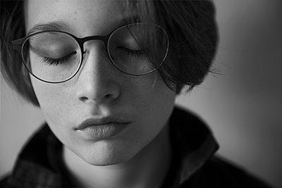 Junge mit Brille - p1338m1525576 von Birgit Kaulfuss