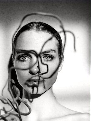 Frau mit Zweig vor dem Gesicht, Lichterspiel - p1413m2215627 von Pupa Neumann