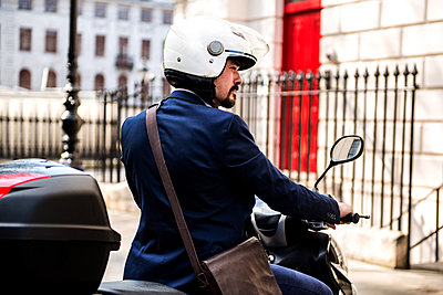 Businessman on motorbike, London, UK - p429m1418031 by Bonfanti Diego