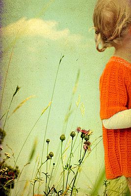 Mädchen auf einer Wiese - p4500662 von Hanka Steidle
