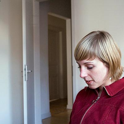 Frau zu Hause - p979m1118726 von Wilken