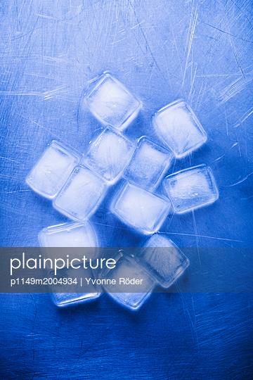 Ice cubes - p1149m2004934 by Yvonne Röder