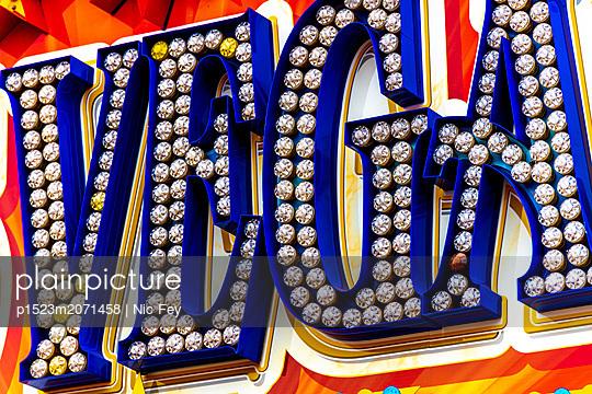 Jahrmarkt, Leuchtreklame - p1523m2071458 von Nic Fey