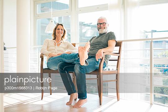 plainpicture - plainpicture p300m1568313 - Portrait of relaxed mature ... - plainpicture/Westend61/Robijn Page