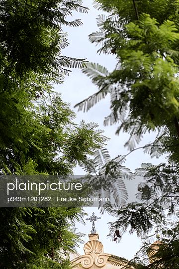 Kapelle zwischen den Bäumen - p949m1201282 von Frauke Schumann