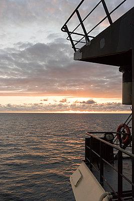 Sonnenaufgang auf der Brücke in der Nordsee - p1079m1092066 von Ulrich Mertens