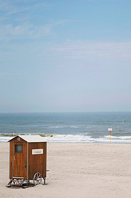 Wooden changing room on a lonely stretch of sandy beach - p1183m997125 by Pietsch, Franziska