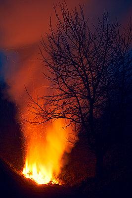 Feuer Berg Nacht - p1312m1137760 von Axel Killian