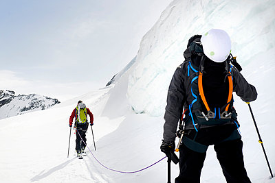 Rear view of mountaineers ski touring on snow-covered mountain, Saas Fee, Switzerland - p429m1188159 by Adie Bush