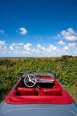 Mit dem Cabrio im Freien - p4880264 von Bias