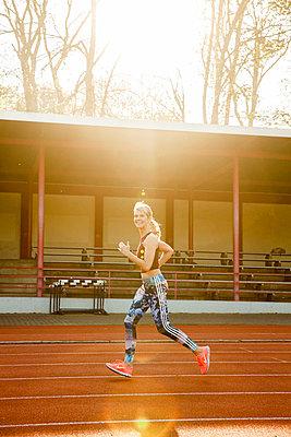 Sportliche Frau - p904m1031345 von Stefanie Päffgen