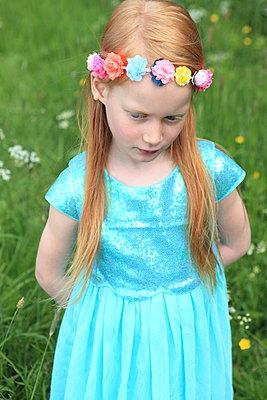 Blumenkranz im roten Haar - p045m1044153 von Jasmin Sander