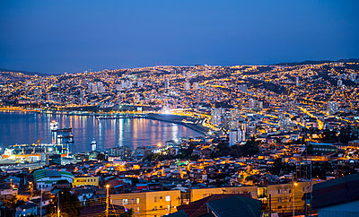 Harbour at sunset, Valparaiso, Chile - p1166m2192143 by Cavan Images
