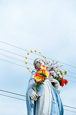 Heilige Jungfrau Maria vor Stromleitung - p1196m1185172 von Biederbick & Rumpf