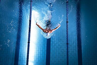 Einsamer Schwimmer - p1315m2118066 von Wavebreak
