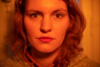 Young woman, portrait - p1321m2182594 by Gordon Spooner