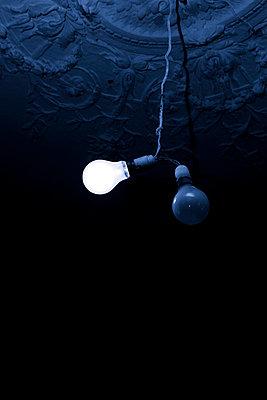 Glühbirne an Stuckdecke - p248m710464 von BY