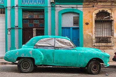 Parked damaged vintage car, Havana, Cuba - p300m2114375 by hsimages