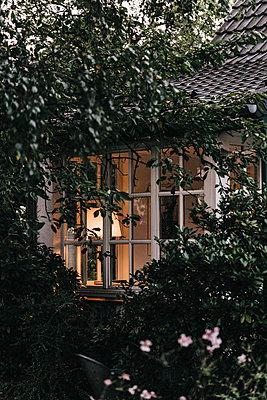 Blick auf Wohnhaus am frühen Abend - p586m1178443 von Kniel Synnatzschke