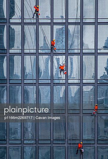 window cleaner's working on facade of high rise building in Bangkok - p1166m2269717 by Cavan Images