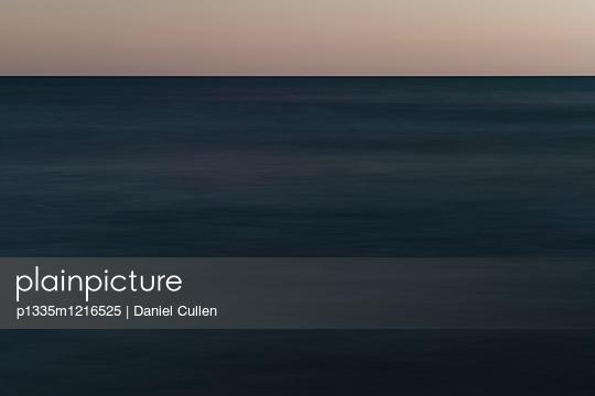 Dunkles Wasser - p1335m1216525 von Daniel Cullen