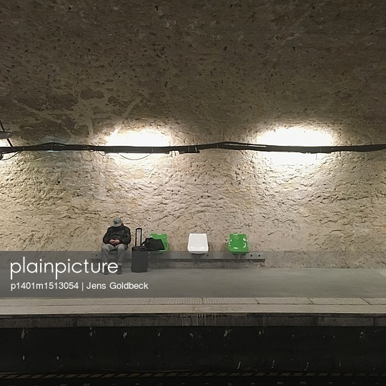 Mann wartet in einer Metro Haltestelle in Paris - p1401m1513054 von Jens Goldbeck