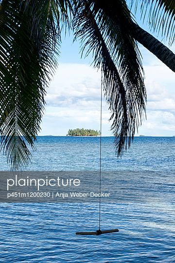 Schaukel an Palme - p451m1200230 von Anja Weber-Decker