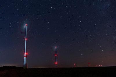 Windenergie bei Nacht - p1079m891436 von Ulrich Mertens