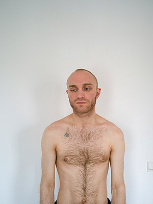 Bare-chested man with bald head - p1267m2043235 by Jörg Meier