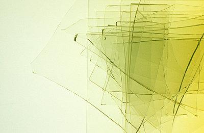 Gelbes Glas übereinander - p2370702 von Thordis Rüggeberg