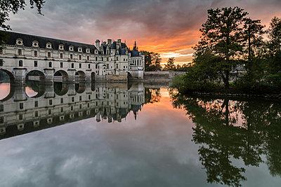 Chenonceau castle reflected in the Loire at sunset, UNESCO World Heritage Site, Chenonceaux, Indre-et-Loire, Centre, France, Europe - p871m1448370 by francesco vaninetti