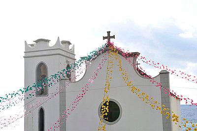 Lichterketten an einer Kirche - p949m658737 von Frauke Schumann