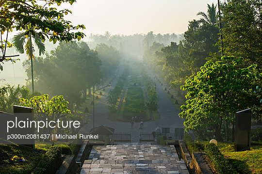Indonesia, Java, early morning view from the Borobudur Temple Complex - p300m2081437 by Michael Runkel